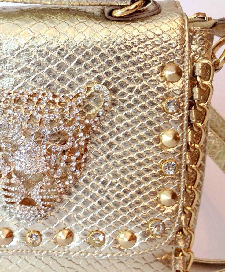 Cartera Donatella dorada con aplicación de leopardo. Colgador largo. $55.000