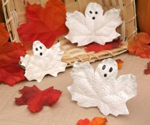 Just love these leaf ghosts for Halloween :)