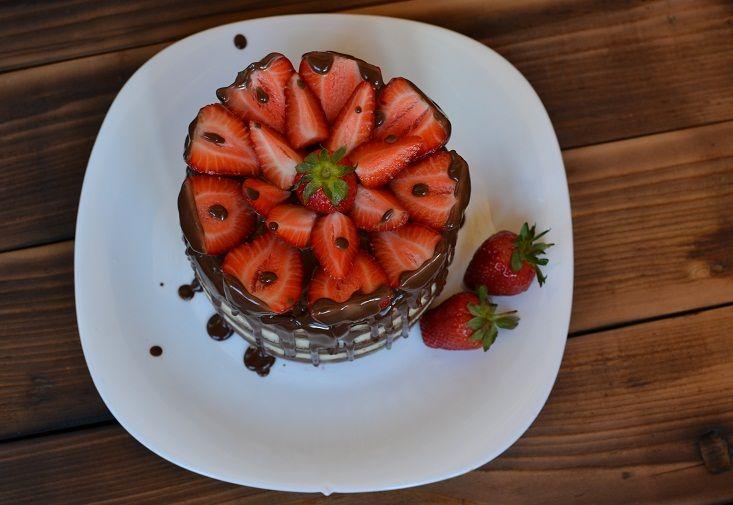 Имбирный торт с клубничной пропиткой.