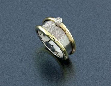 Bijzondere witgouden ring met vingerafdruk, aan de randen twee geel gouden trouwringen. Met een briljant voor een mooi accent. Van oude sieraden weer een dierbare herinnering gemaakt!  DIARTdesign.nl