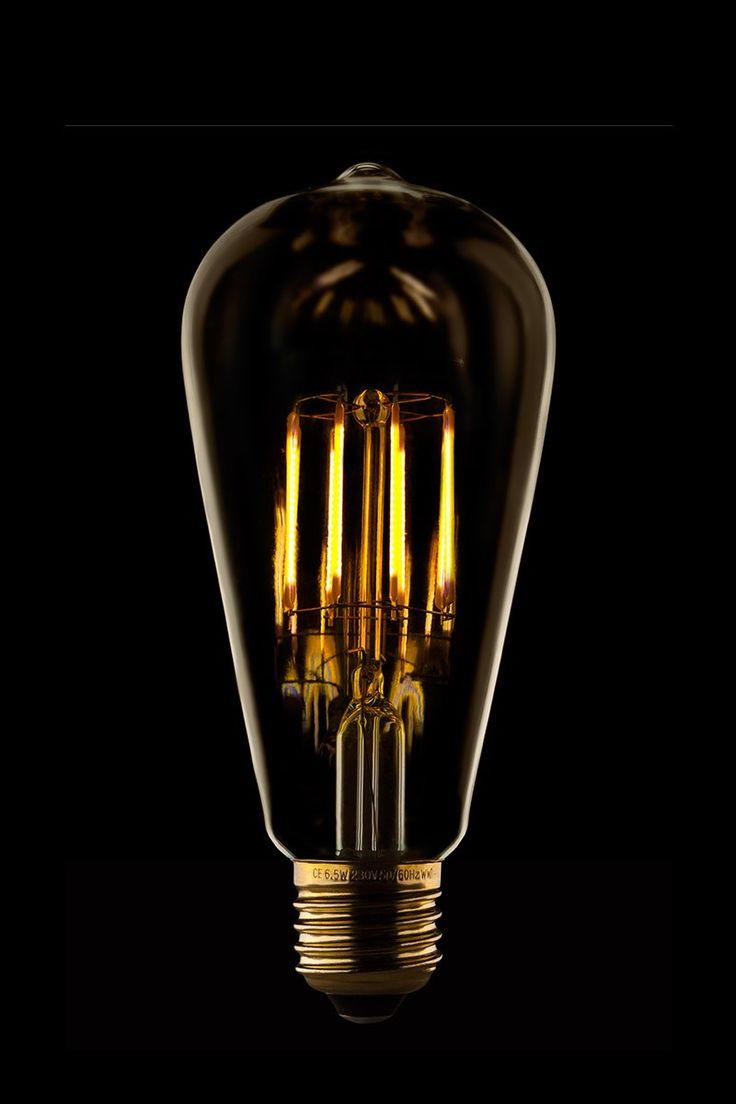 Ampoule LED Thermo S21 Edison Golden 33€ Individuellement soufflée et gravée à la main, chaque ampoule de cristal est ensuite gravée avec un délicat motif.  Conçue pour s'adapter à toute norme E27, cette lampe à poser apportera une touche d'élégance et de grâce à votre intérieur.  Ne peut pas être utilisée avec les halogènes.  Espérance de vie moyenne : 45 000 heures