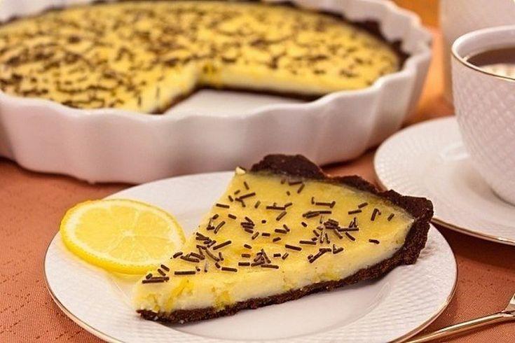 Розсипчастий шоколадний корж з легкою гірчинкою та ніжна ароматна лимонна начинка ідеально поєднуються між собою. Випічка виходить не надто солодкою, тому чудовопідходить для швидкого перекусу. Та особливо смакуєз гарячою кавою.     Якщо вам сподобався рецепт шоколадно-лимонного пирога, будь