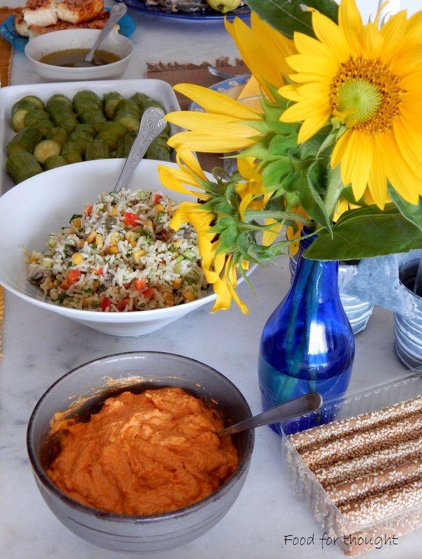 Ντιπ με φέτα και πιπεριά φλωρίνης, ρυζοσαλάτα με αντζούγιες, κολοκυθάκια βραστά.  http://laxtaristessyntages.blogspot.gr/