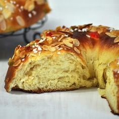 Receta de Roscón de Reyes con paso a paso e ingredientes. Cómo hacer un roscón de Reyes fácil y dónde comprar ingredientes y regalos.