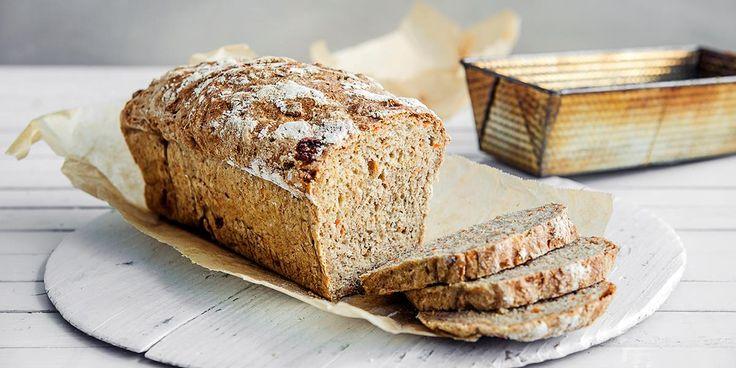 Her får du et oppsiktsvekkende godt og saftig grovbrød – med noen ingredienser du nok aldri har puttet i et brød før. Oppskrift på saftig grovbrød.