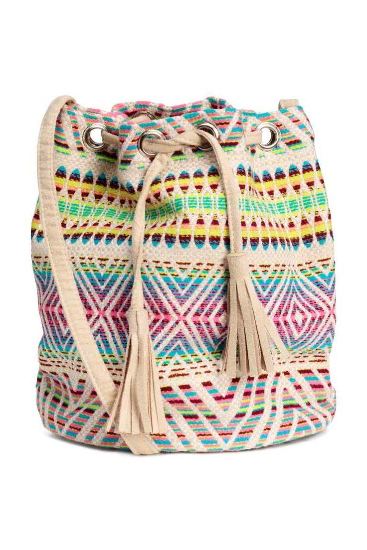 Bolso saco en jacquard: Bolso tipo saco en tejido de jacquard. Correa fina y cordón de ajuste con borlas en los extremos. Sin forrar. Medidas 14x24x26,5 cm.