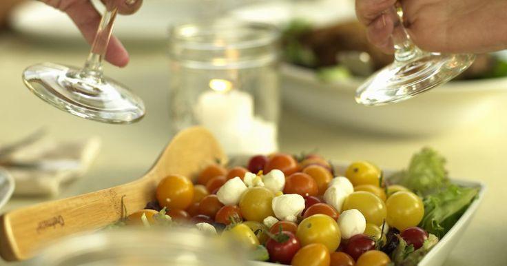 Cómo elegir la comida para una fiesta de degustación de vinos. Cómo elegir la comida para una fiesta de degustación de vinos. Se deben considerar dos cuestiones cuando se trata de elegir comidas para este tipo de fiestas: aperitivos y alimentos para limpiar el paladar. Ambos deberían ser parte de las consideraciones de planificación de la fiesta. Una gran comida no es una buena idea para una cata de vinos ya ...