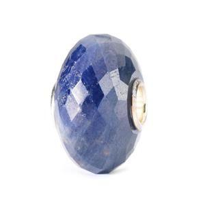 Trollbeads - Saffier Deze edelsteen is afkomstig van hetzelfde mineraal als de robijn, waarvan wordt gezegd dat het vrede, geluk en wijsheid brengt. Hij staat sy...