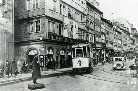 """""""Historisches Würzburg"""" Auf diesem Foto aus den 1920er Jahren herrschte noch viel Betrieb in der Domstraße, so dass ein Polizist den regen Verkehr regelte. Erst 1990 wurde die Alte Mainbrücke in der Innenstadt für motorisierte Fahrzeuge gesperrt."""