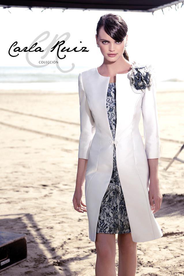Traje de madrina con abrigo gris modelo 91398 by Carla Ruiz | Boutique Clara