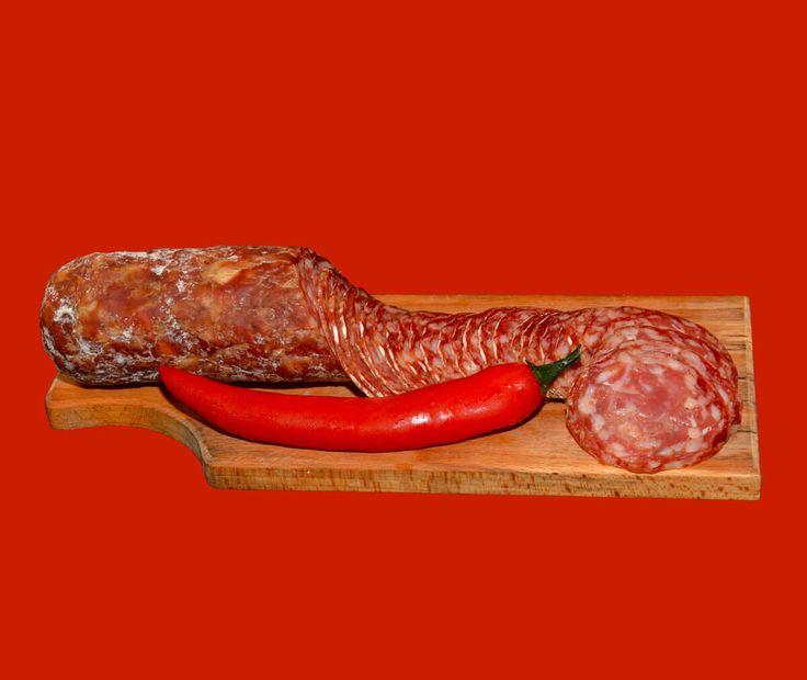Salame Piccante, ottimo negli aperitivi, e in tutte le pietanze a cui aggiungere un tocco di piccantezza come focaccine, pizza e crostini. #madeinitaly #italianfood #tuscany #toscana #versilia #foodmaniac #foodie #salumitriglia #salumi #salame #piccante #peperoncino #chilli #spicy