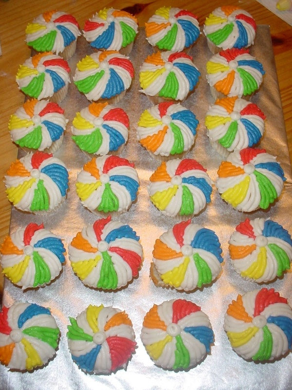 Beach Ball Cupcakes #cupcakes #cupcakeideas #cupcakerecipes #food #yummy #sweet #delicious #cupcake