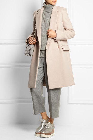 Ce manteau signé Stella McCartney est confectionné en laine rehaussée d'un soupçon de cachemire pour un fini à la douceur luxueuse. Cette pièce à double boutonnage est dotée d'attaches élégamment dissimulées et d'une doublure douce qui lui permet de se glisser facilement par-dessus toutes vos tenues. Pour complimenter la douceur de sa teinte rose pâle quoi de mieux que des pièces coordonnées dans les mêmes tons ? Idées de tenues : richelieus Stella McCartney, pantalon Acne Studios, pull…