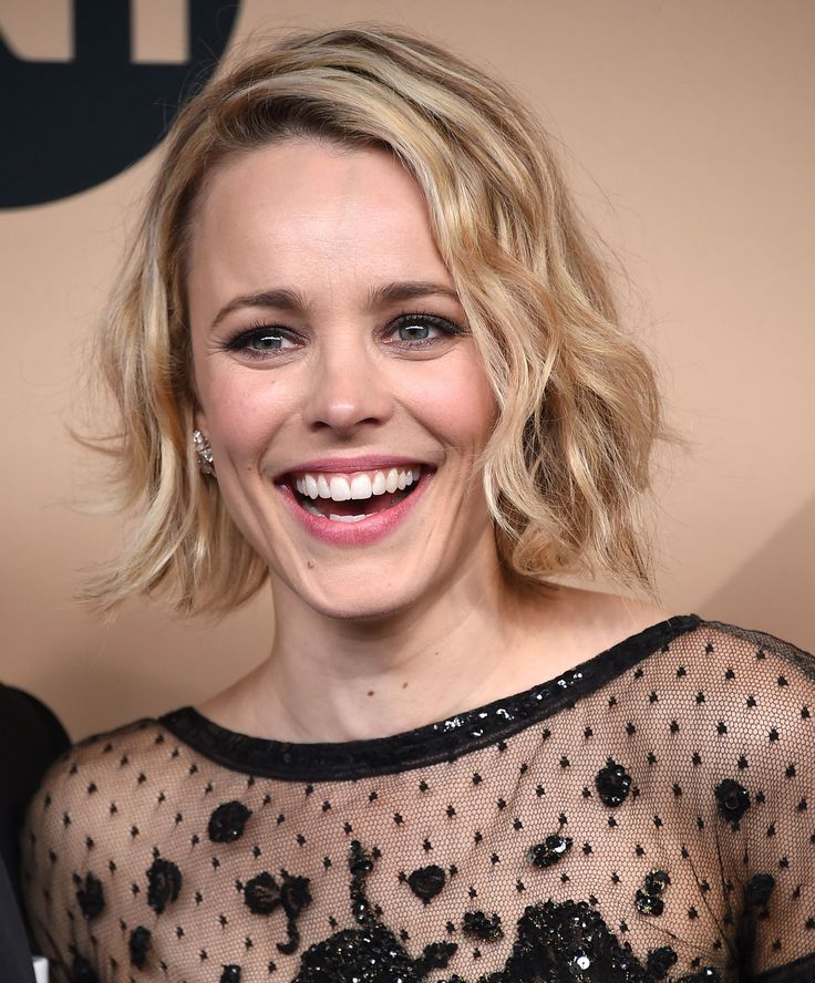 Rachel McAdams flashed a smile for the cameras and chose charcoal eyeshadow to go with her black lace gown. #RedCarpetInspiration #Beauty #BeautyCrew