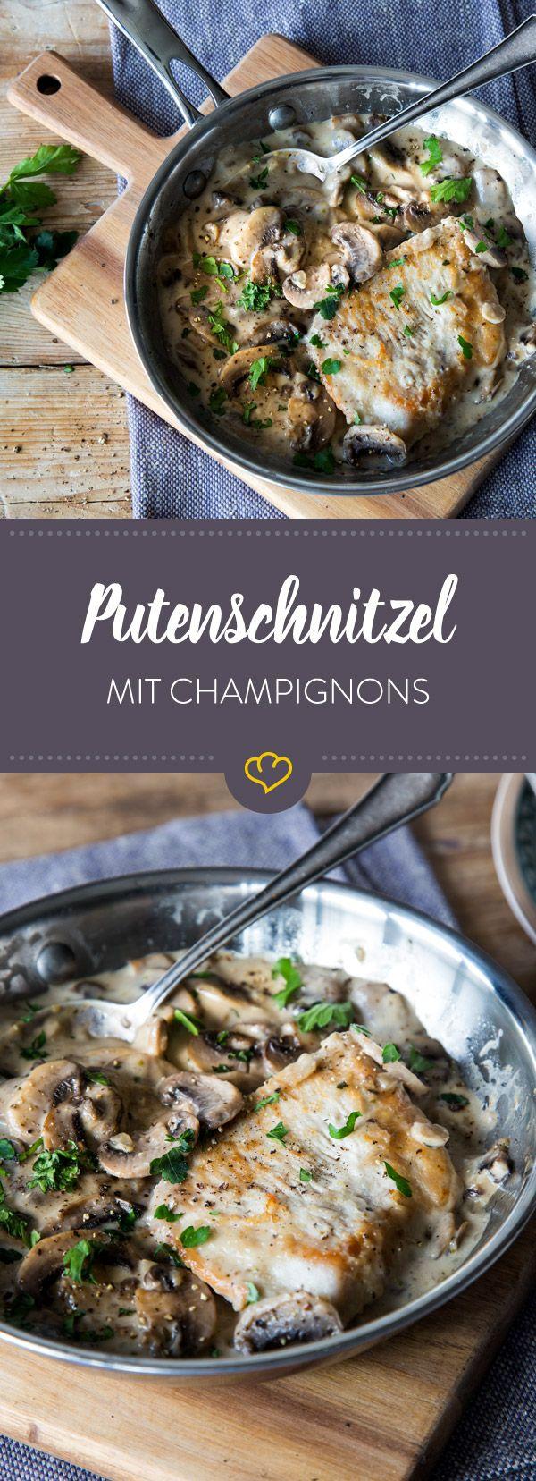 Klassisch und zeitlos: Diese saftigen Putenschnitzel nehmen ein Bad in einer cremigen Champignon-Rahmsauce.