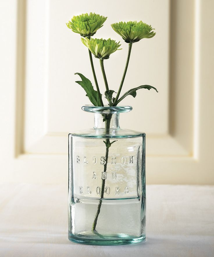 WHAT A BEAUTIFUL IDEA TO USE A LOVELY BOTTLE AS A VASE, OUI!! - IT IS SO SIMPLE, YET ALSO VERY ELEGANT!! ⚪️