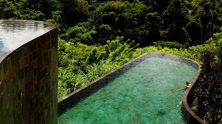 EN IMAGES - En arrivant sur place, on comprend pourquoi Bali est la plus célèbre des îles d'Indonésie. Gentillesse des habitants, beauté des plages, qualité de l'artisanat, portes ouvertes partout, y compris à l'heure des cérémonies religieuses, esthétique des rizières en escalier, sans doute les plus belles du monde, qualité de l'hôtellerie locale… Certes, le succès touristique de l'île apporte quelques désagréments. Embouteillages, îlots de vie nocturne peu en rapport avec la sérénit...