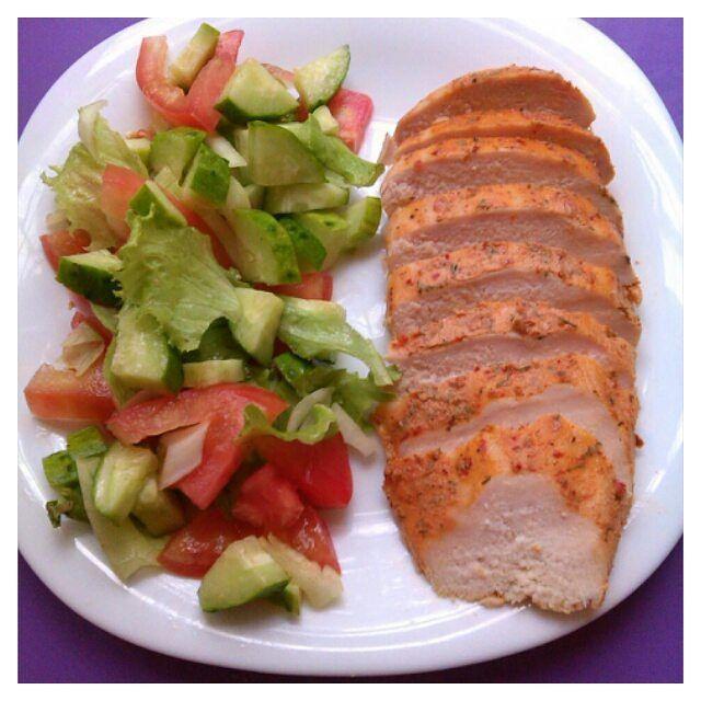 #обед салат(помидор, огурец, лук, листовой салат, заправила соевым соусом) и грудка запеченая в духовке(маринад:греческий йогурт, аджика, зелень, долька чеснока и на ночь оставила в холодильнике) #рецептыkozunina #пп #правильноепитание #зож #здоровыйобразжизни #дневникпп #дневникпитания #худеемвместе #худеющаягруппа #худеювинста #мирдолжензнатьчтояем #незаинстаграмилнепоел #люблюготовить #нямнямkozunina_pp