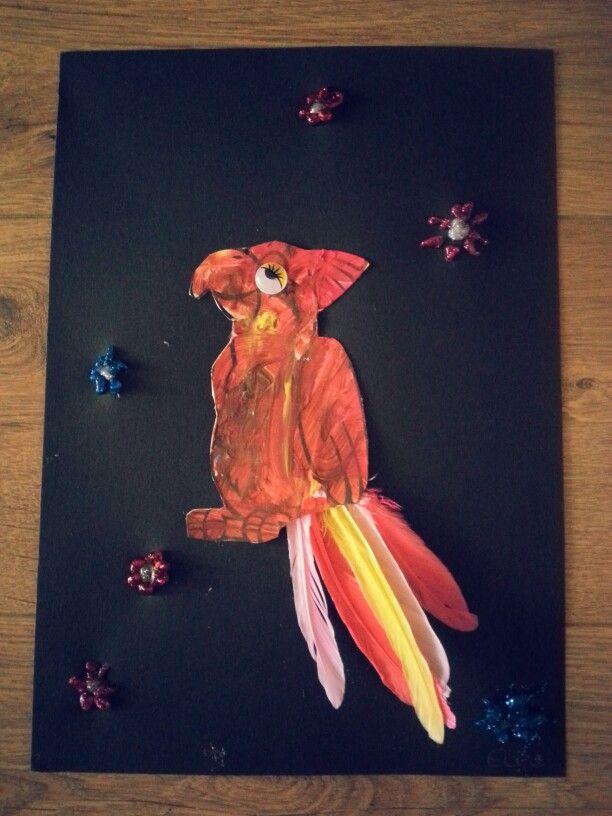 Thema zomer; papagaai met vrolijke veren en kleuren. Bloemen gemaakt van glitterlijm.