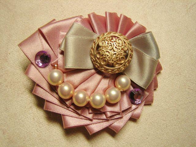Ribbon broach pearls