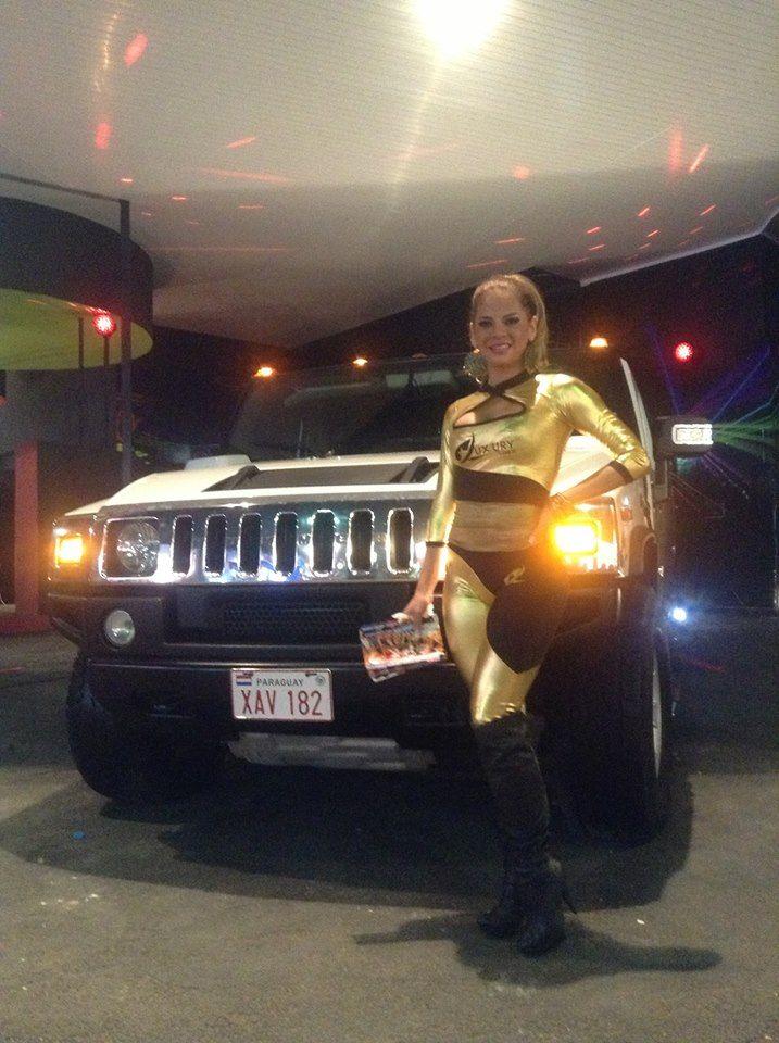 Simone Villar juntó a la larga limousina que se convierte en diversión para chicos y grandes en la expoferia 2013.