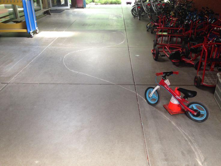 Peuterschrijfdans thema 10 recht krom boos blij: kromme lijnen (golflijnpatroo)n en rechte lijn fietsen