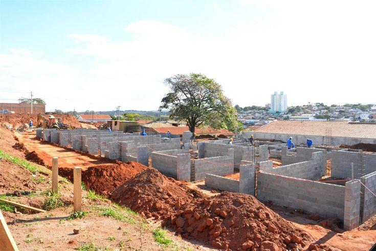 Obras de nova creche ganham corpo e educação projeta ampliação de vagas na região sul - Com pouco mais de dois meses desde seu início, as obras para instalação da nova creche municipal do Jardim Regina, região sul de Botucatu, estão a todo vapor. A parte do alicerce já está pronta e as paredes começaram a ser erguidas.  O prédio de 813m² é construído em um terreno de cerca de 3.300m - http://acontecebotucatu.com.br/cidade/obras-de-nova-creche-ganham-corpo-e