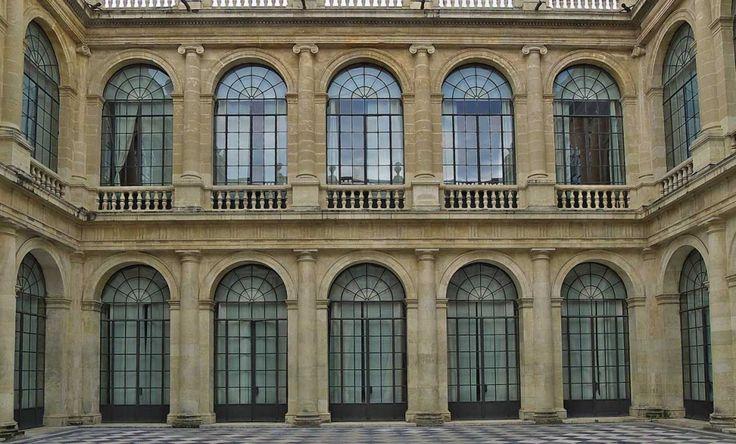 El Archivo General de Indias mantiene desde hace 5 siglos una estrecha relación con América. Su interés es notable por su historia y por su arquitectura.