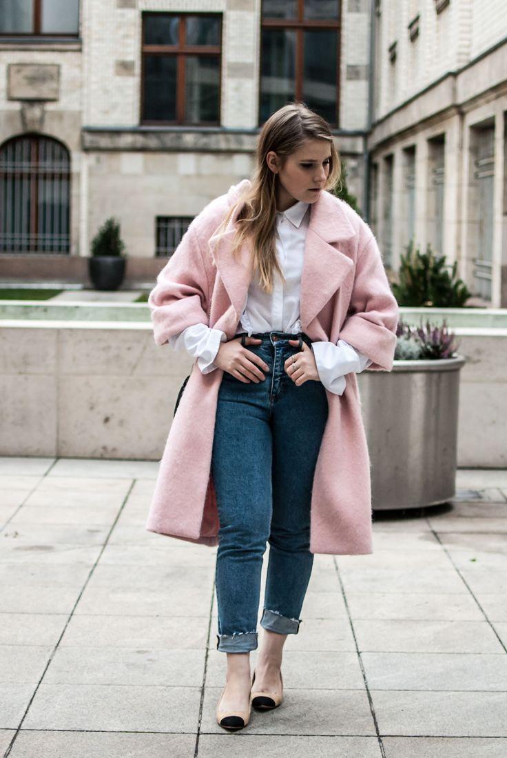 florafallue zeigt einen Look mit rosa pink oersized Mantel von H&M, einer Mom Jeans, weißer volant Bluse und Chanel Slingback Lookalikes. Das Schwarz der Schuhe wird mit der Chloe Drew Bag wieder aufgenommen. www.florafallue.com