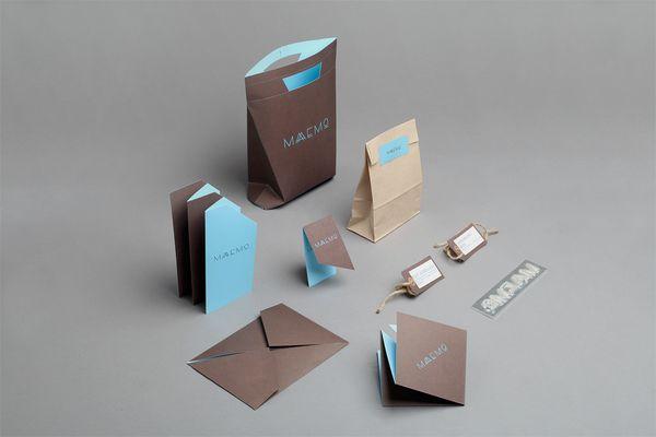 Alucinante identidad corporativa de MAEMO, un restaurante de comida gourmet ecológica en Oslo, Noruega.  Me encanta la solución de la papelería y las cartas del restaurante.