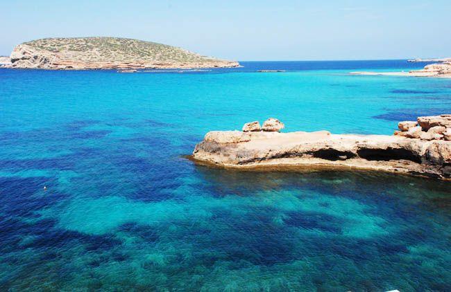 Chaque plage d'Ibiza est un peu un univers avec sa particularité, sa notoriété. Il y en a de toutes sortes avec chacune ses caractéristiques, ses rochers, son eau, sa lumière, etc.