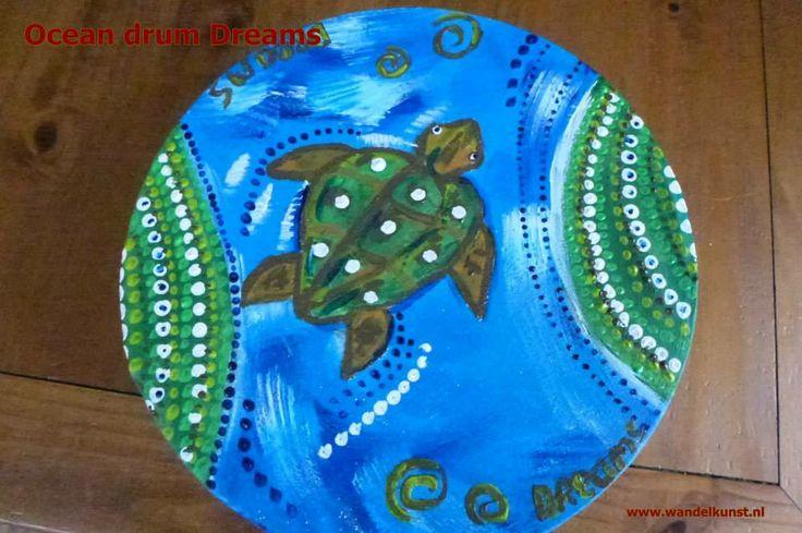Kinder ocean drum, Sluit je ogen en duik in de oceaan. Zie de schildpad gaat je voor, duikend de diepte in ontstaat er een wondermooie wereld. Geniet van de dromen die jij hebt, laat ze mee gaan in de stroom van de oceaan.