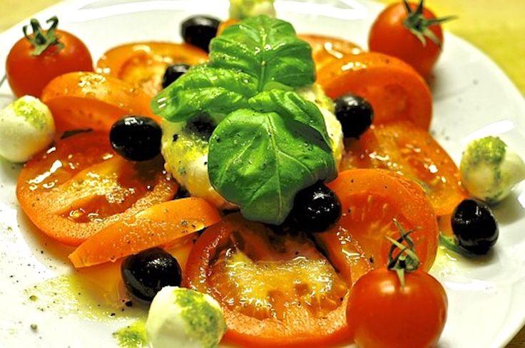 Tomaten-Mozzarella-Salat mit frischen Kräutern und Oliven