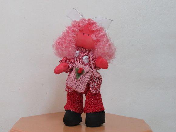 Olá! Sou a Mila Moranguinho, faço parte da coleção de bonecas exclusivas ARCO IRIS. Fui feita com muito carinho por uma artesã. Meu corpo é de algodão cru todo pintado a mão na cor rosa e recheado com fibra de silicone e floquinhos de espuma. Minha calça é feita em linha vermelha com fio prata, a...
