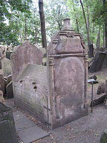 Čtyřstěnná tumba---Postavení Židů se zlepšilo až za vlády Mariina syna Josefa II., kdy díky jedné z mnoha reforem získali Židé politickou rovnoprávnost. Došlo také k začlenění židovské obce mezi pražské čtvrti. Na důkaz vděčnosti císaři Josefu II., pojmenovali Židé tuto část městskou JOSEFOV. Odtud tedy pochází název této části Prahy.
