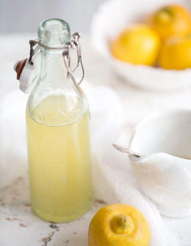 On presse le jus d'un citron qu'on complète d'eau tiède (surtout pas chaude, elle détruirait les vitamine C contenues dans le citron) ou d'eau froide et évidemment sans sucre, pour la ligne, c'est mieux ! On peut en hiver ajouter du gingembre, du poivre noir moulu ou du piment d'Espelette pour stimuler l'organisme