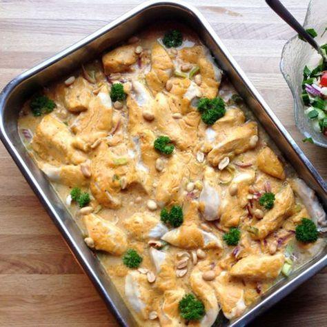 Thai kyllingfilet i ovn er latterlig enkel. Hiv alle ingrediensene i en form, og sett inn i ovnen. Kylling, kokosmelk og grønnsaker gir en sunn middag! #thaifoodrecipes