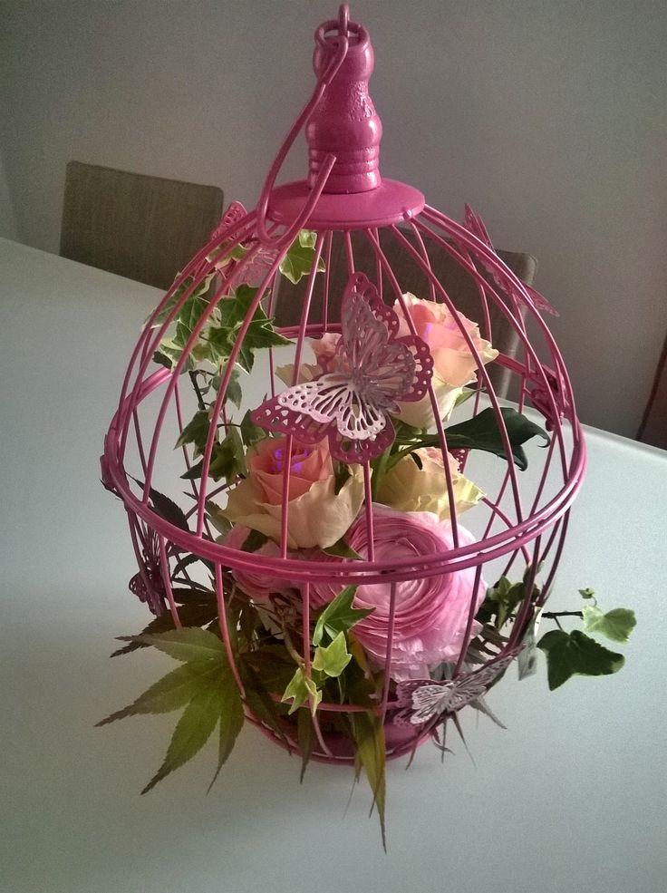 Gabbietta decorata con fiori per abbellire il tavolo delle for Piani domestici a forma di t