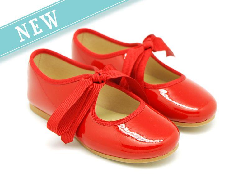 Tienda online de calzado infantil Okaaspain. Bailarinas de charol tipo angelito. Calidad al mejor precio hecho en España.