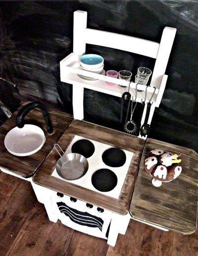keukentje van oude stoel en een plank