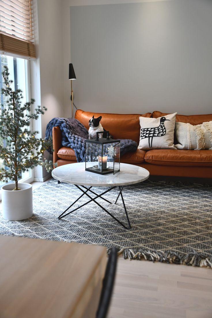 Kuusilinnan oman malliston Ilma-sohva konjakkinahalla @stenlinna kotona