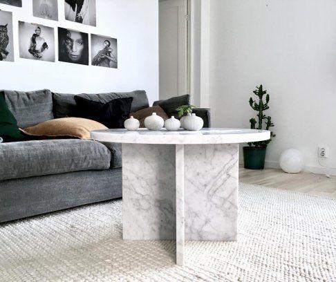 Vackert soffbord designat helt i vit carrara marmor tillverkar i Sverige av stenfirma Bror Törner.  Diametern på bordsskivan är 75 cm, höjd 43 cm.  Mvh, So...