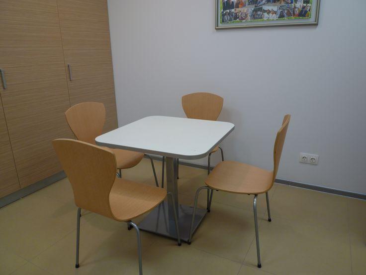 Обеденный стол со стульями для офисной кухни.