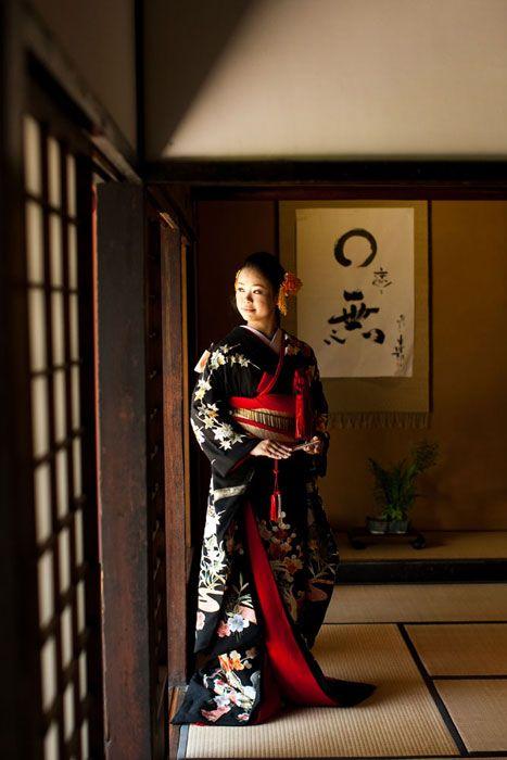 影と光を上手く使い、畳に差し込む光に注目しました。愛する新郎を待つ花嫁のイメージフォトです。徳島県脇町吉田邸で結婚フォトの和装ロケーション撮影。