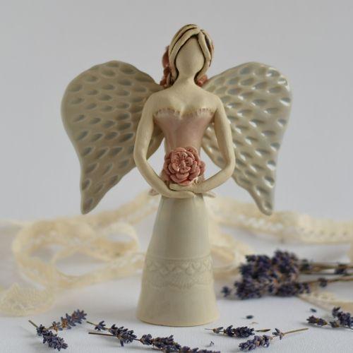 Překrásná květinková andělinka vyrobena z jemné šamotové hlíny a glazována transparentními glazurami. Je vysoká cca 17cm 🌹 by Zepire.com/Lim-Art