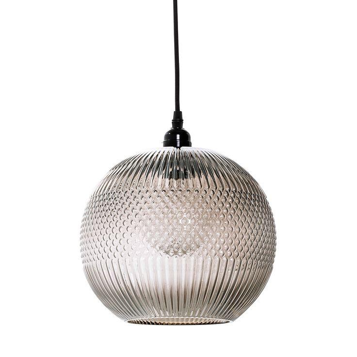 Diamond Stripe pendel fra Bloomingville, en vakker lampe i sort metall og tekstilledning. Lampeskjer...