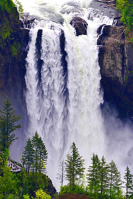 Snoqualmie Falls in America's Washington will feature in the Twin Peaks comeback in 2017.