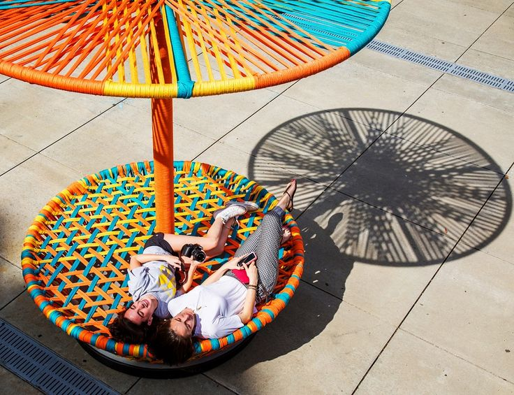 Os designers Hector Esrawe e Ignacio Cadena encontraram uma forma criativa de homenagear o seu país de origem, o México. Eles criaram uma instalação interativa que reproduz, em grande escala, os piões tradicionais do país, chamada Los Trompos.