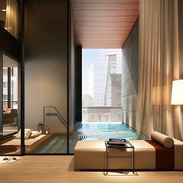 Inomhus pool i modern inredning och dekoration