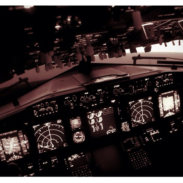 Cockpit Boeing 737-800 #cockpit #boeing #737 #airplane_lovers - @flightdirector- #webstagram